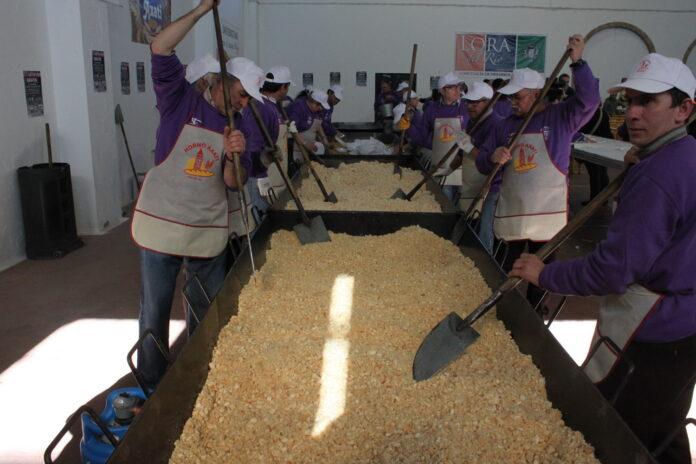 Voluntarios del Santo Entierro elaborando las migas