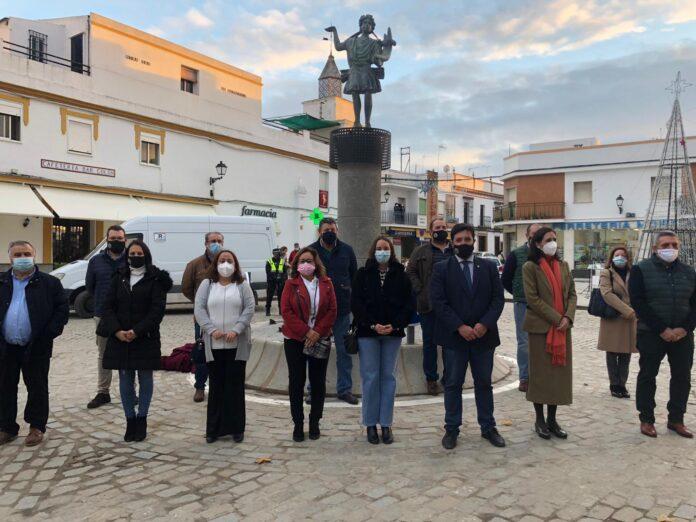 Inauguración de la rotonda situada en la confluencia de la avenida de Portugal y avenida Antonio Machado, rotonda rematada con una reproducción del 'Lar del Hogar de Lora del Río'