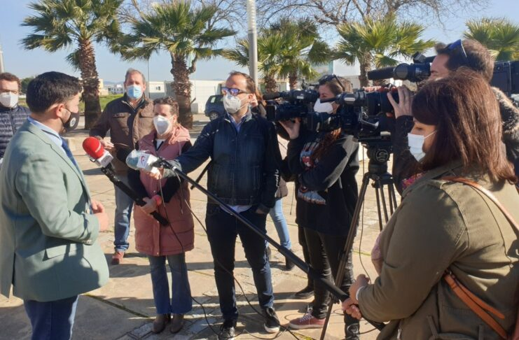 El alcalde de Lora del Río atendiendo a los medios de comunicación.