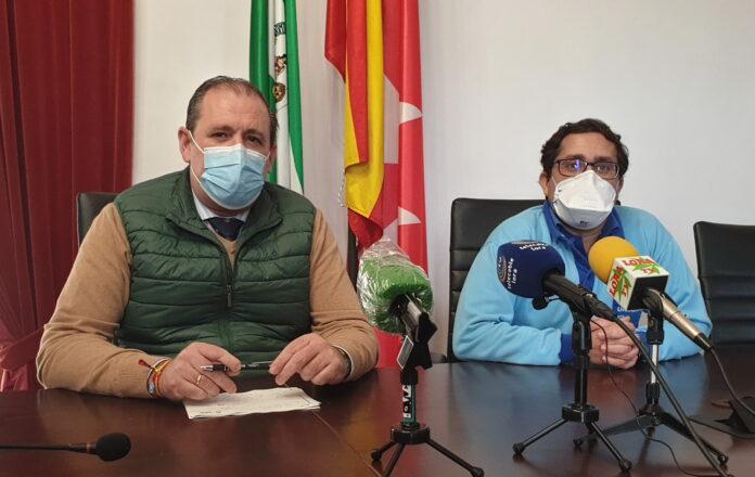 El concejal-delegado de Salud, Federico Cuevas, y el coordinador de Enfermería del Centro de Salud de Lora del Río, Francisco Javier Aguilar