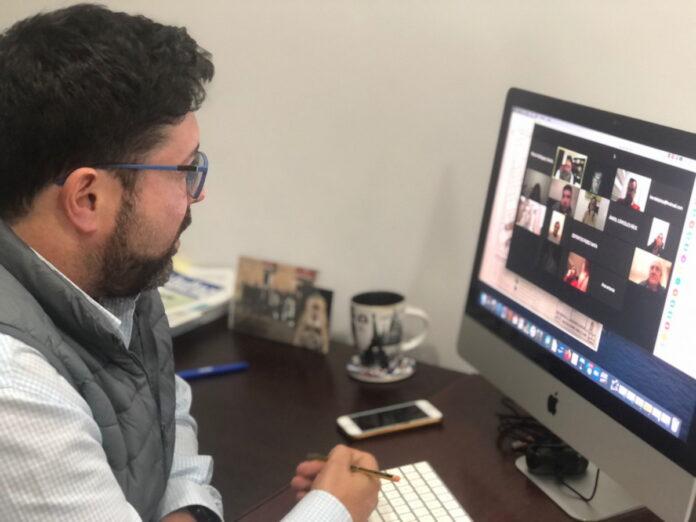 El alcalde de Lora del Río, Antonio Miguel Enamorado, ha mantenido una reunión telemática con comerciantes