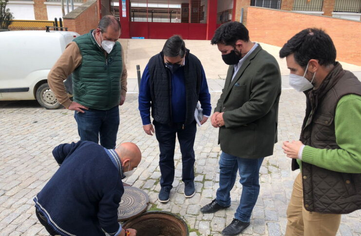 El alcalde de Lora del Río, Antonio Miguel Enamorado, acompañado por el concejal-delegado de Agricultura y Medio Ambiente, Federico Cuevas, y el responsable de la empresa Íntegra Soluciones Ambientales, Prudencio Rodríguez
