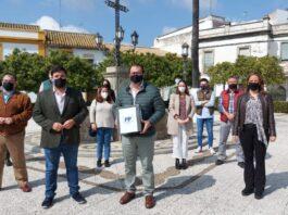 Antonio Enamorado le entrega los avales a Juan Ávila