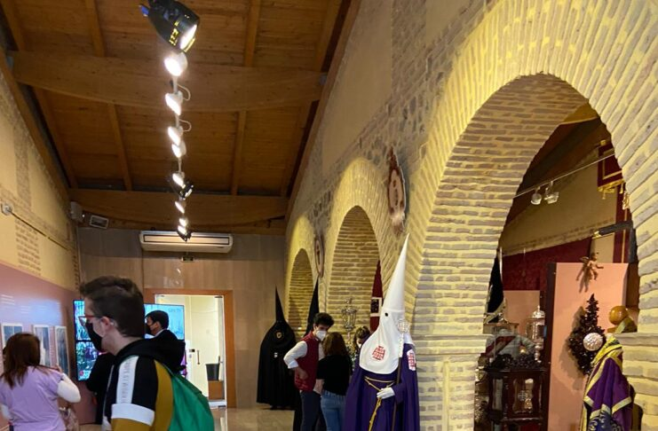Más de 1.200 personas han visitado la Exposición Cofrade 'La Calle se hace Templo' en la Sala El Bailío de Lora del Río