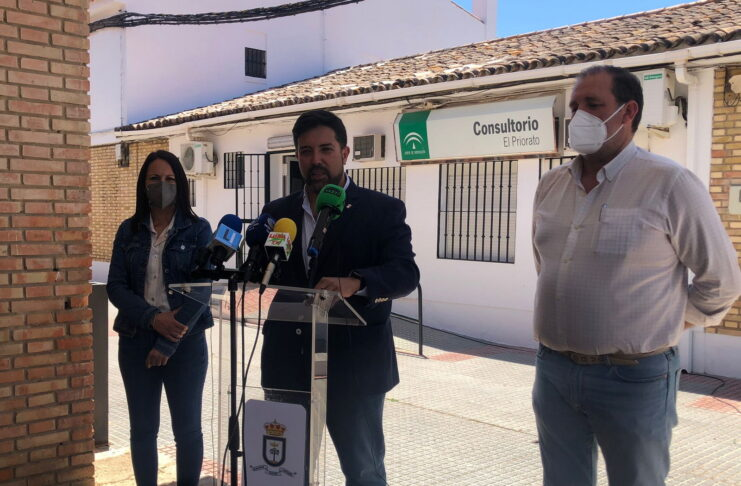 """El alcalde de Lora del Río, Antonio Enamorado, prevé que """"en el mes de octubre se restablezca el servicio de Urgencias"""" en el Centro de Salud de El Priorato"""