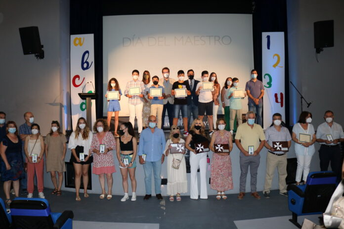 El Ayuntamiento de Lora del Río reconoce a la comunidad educativa en la Gala del Día del Maestro