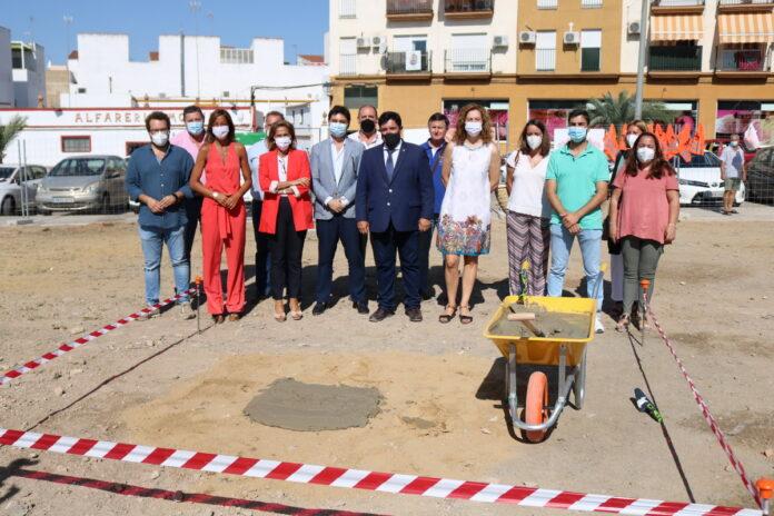 miembros de la Corporación Municipal de Lora del Río y personal de la actual oficina SAE en la localidad