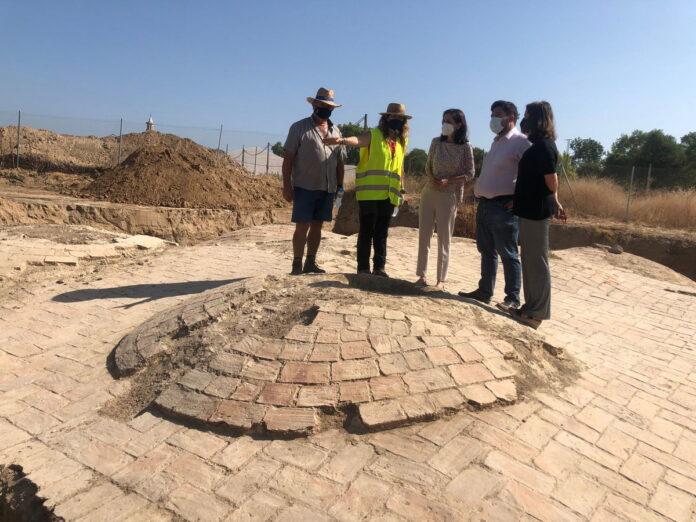 La delegada territorial de Cultura y Patrimonio Histórico, Susana Cayuelas, visita la zona arqueológica en la que se está recuperando Las Aceñas de Lora del Río
