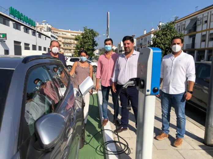 Presentación del primer punto de recarga gratuita de vehículos eléctricos en la calle Marcos Orbaneja de Lora del Río