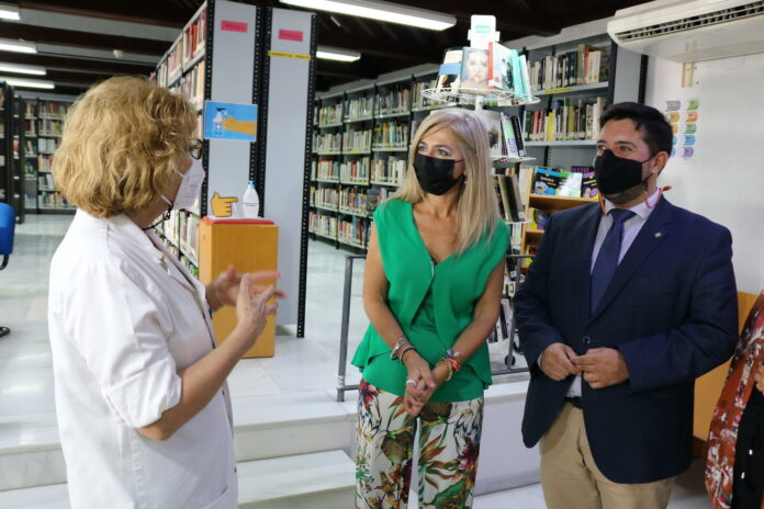 La consejera de Cultura, Patricia del Pozo, visita el I Simposio de Escultura y la Biblioteca Pública de Lora del Río