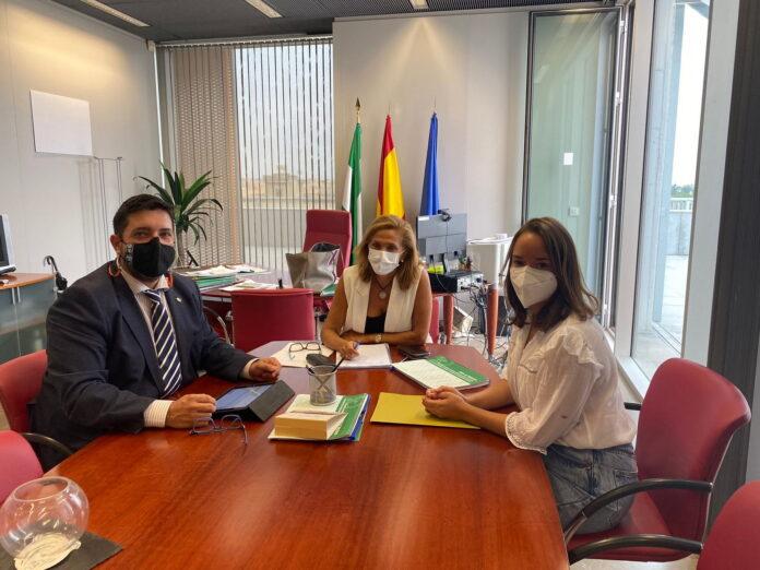 El alcalde de Lora del Río, Antonio Enamorado, y la concejal-delegada de Empleo, María Díaz Cañete, han mantenido recientemente una reunión con la delegada territorial de Empleo y Economía, María del Mar Rull