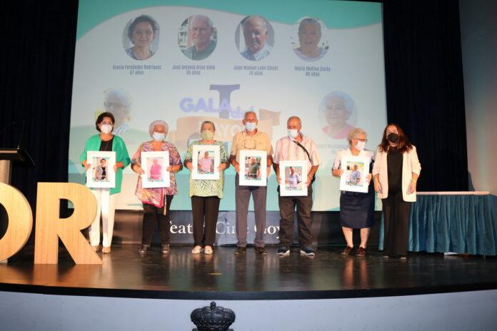 La Residencia Ave María, las auxiliares de ayuda a domicilio, y la Pastoral de la Salud, entidades galardonadas en la I Gala del Mayor de Lora del Río