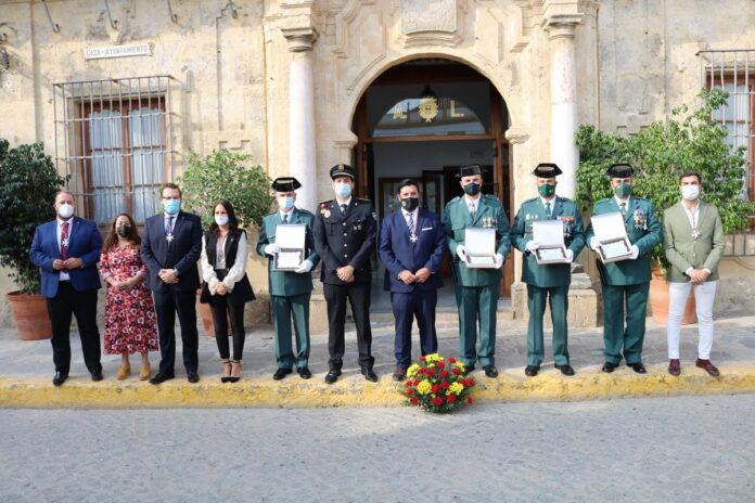 El Ayuntamiento de Lora del Río rinde homenaje a cuatro agentes de la Guardia Civil en el Día de la Virgen del Pilar