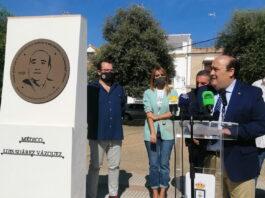 El médico loreño Luis Suárez Vázquez cuenta ya con un monolito en la Plaza Sevilla de Lora del Río