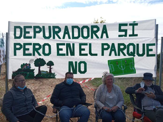 Vecinos de Setefilla se encadenan ,para evitar la construcción de la EDAR en el parque infantil y al lado de las casas